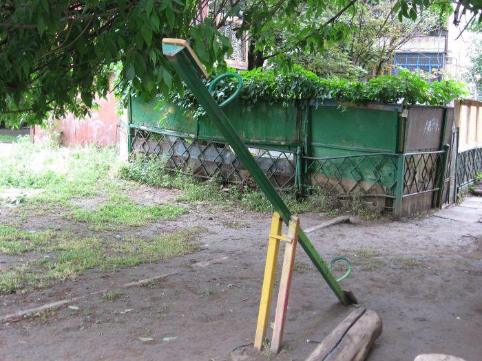 В Мариуполе ликвидируют опасные качели. Жильцы жалуются, что не те (ФОТО), фото-3