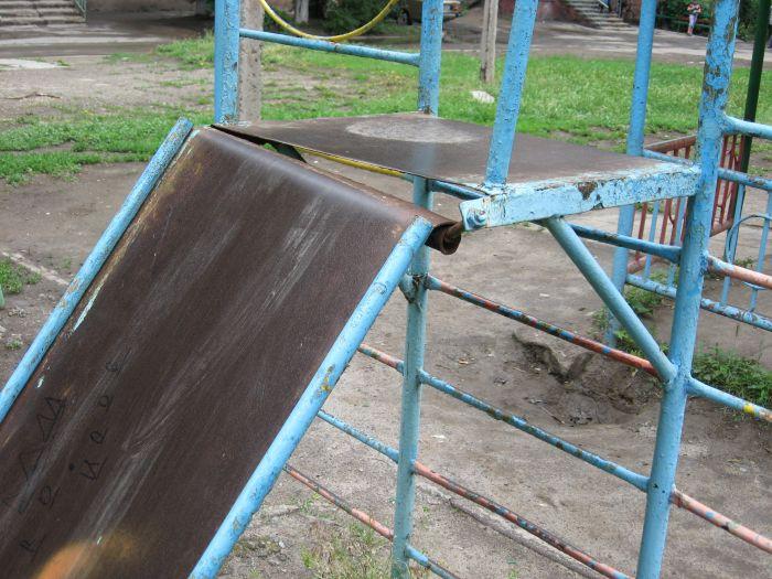 В Мариуполе ликвидируют опасные качели. Жильцы жалуются, что не те (ФОТО), фото-4