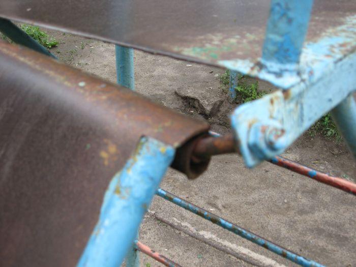 В Мариуполе ликвидируют опасные качели. Жильцы жалуются, что не те (ФОТО), фото-7