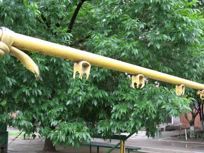 В Мариуполе ликвидируют опасные качели. Жильцы жалуются, что не те (ФОТО), фото-6