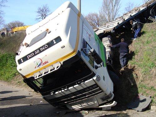 В Мариуполе грузовик завис над обрывом (ФОТО), фото-1