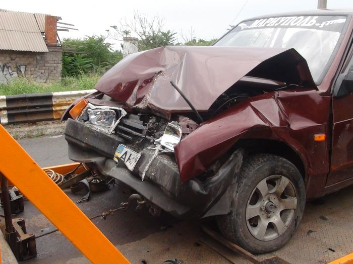 В Мариуполе столкнулись маршрутка с легковушкой - пострадало три человека (ФОТО), фото-1