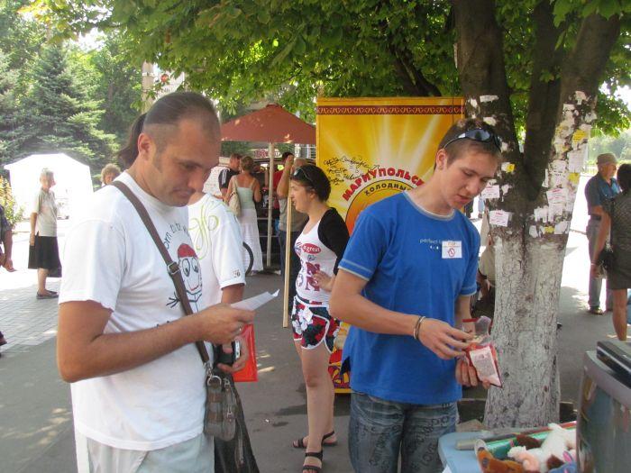 В Мариуполе горожан заставили поменять сигареты на конфеты (ФОТО), фото-5