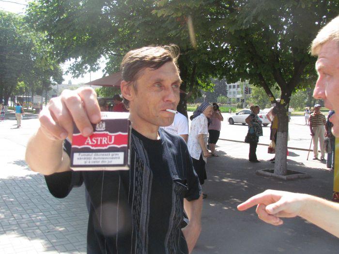 В Мариуполе горожан заставили поменять сигареты на конфеты (ФОТО), фото-7