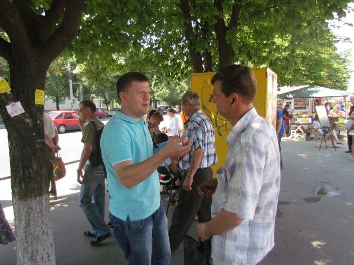 В Мариуполе горожан заставили поменять сигареты на конфеты (ФОТО), фото-16