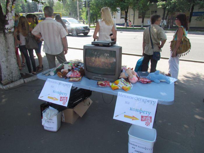 В Мариуполе горожан заставили поменять сигареты на конфеты (ФОТО), фото-1