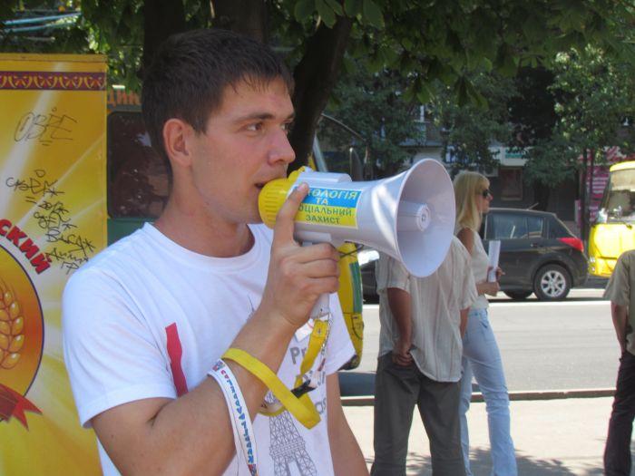 В Мариуполе горожан заставили поменять сигареты на конфеты (ФОТО), фото-2