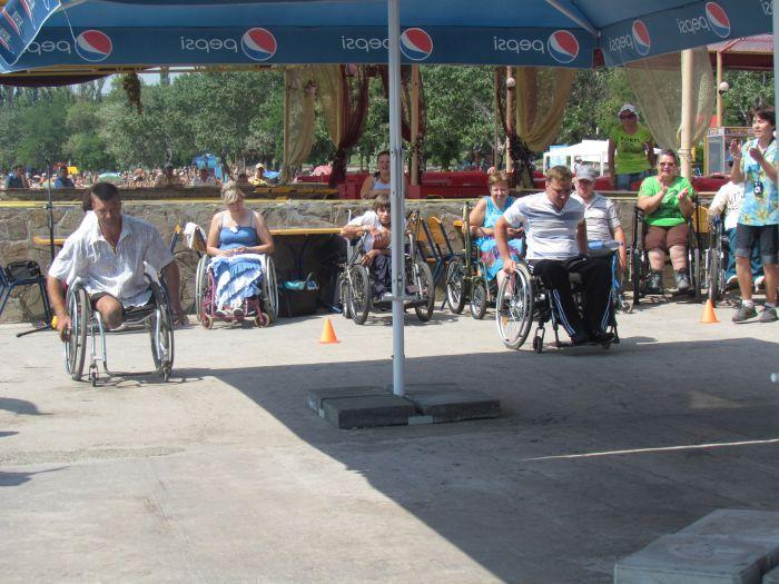 В Мариуполе инвалиды-колясочники соревновались в скорости, меткости и ловкости (ФОТО), фото-6