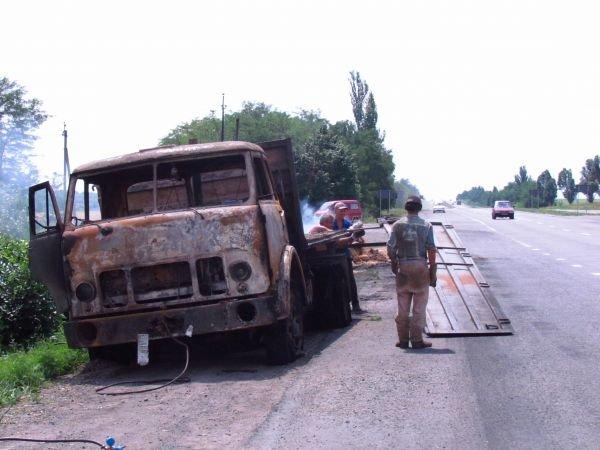 На трассе Донецк - Мариуполь загорелся старый ЗИЛ с соломой (ФОТО), фото-2