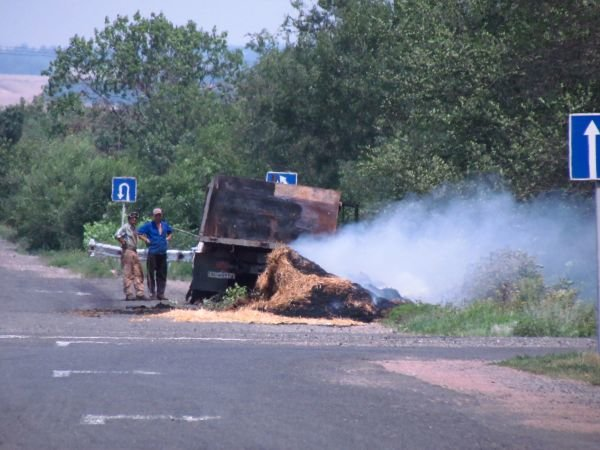 На трассе Донецк - Мариуполь загорелся старый ЗИЛ с соломой (ФОТО), фото-1