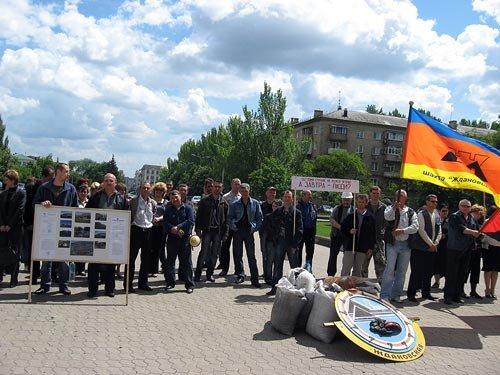 Шахтеры обложили углем Донецкую облгосадминистрацию (ФОТО), фото-1