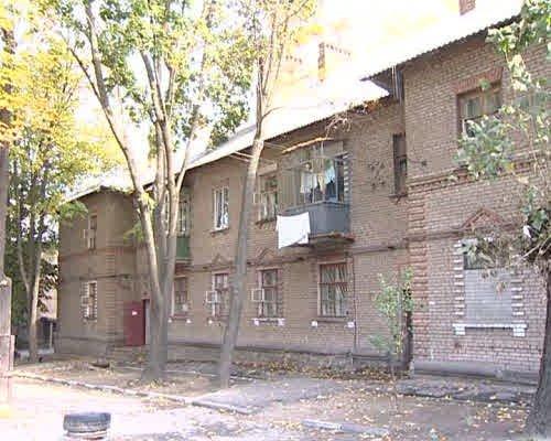 Жилищное бедствие: дом на Совхозной продолжает разрушаться. Жильцов отселили, ждут, когда дом перестанет двигаться, фото-1