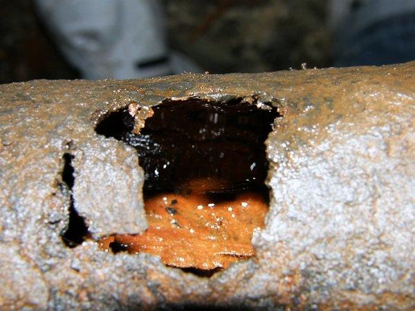 Сегодня в Николаеве в 4-этажке прогремел взрыв – на крыше лопнула труба отопления, квартиры захлебнулись водой (ФОТО), фото-3