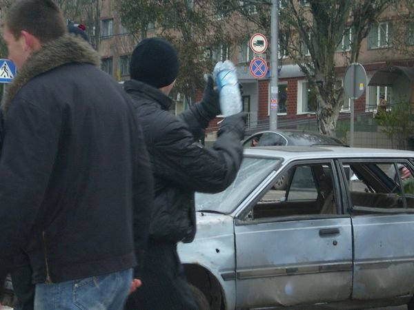 В Донецке спасатели усмиряли разбушевавшихся фанатов и тушили подожженый автомобиль (ФОТО), фото-1