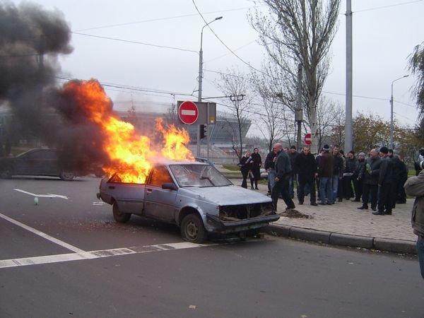 В Донецке спасатели усмиряли разбушевавшихся фанатов и тушили подожженый автомобиль (ФОТО), фото-2
