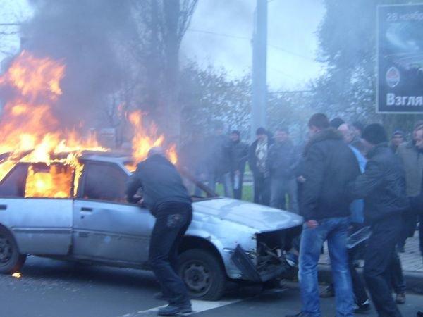 В Донецке спасатели усмиряли разбушевавшихся фанатов и тушили подожженый автомобиль (ФОТО), фото-3