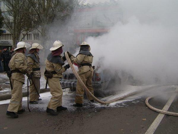 В Донецке спасатели усмиряли разбушевавшихся фанатов и тушили подожженый автомобиль (ФОТО), фото-4
