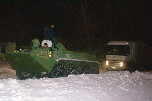 Донецк расчищали от снега БТРы (ФОТО), фото-1