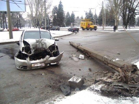 В Запорожье легковушка и троллейбус не поделили дорогу (ФОТО), фото-1