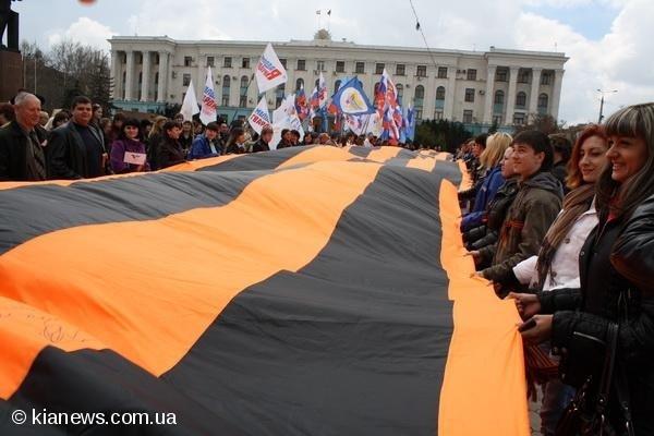 На площади Ленина в Симферополе  развернули самую большую  Георгиевскую ленту, фото-1