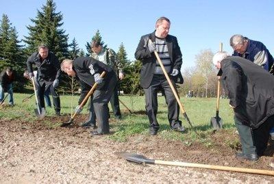Руководители Луганщины обсуждали дела областные за посадкой деревьев, фото-1