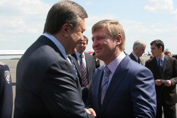 Янукович в Донецке  поздравил Ахметова и осмотрел аэропорт (фото), фото-2