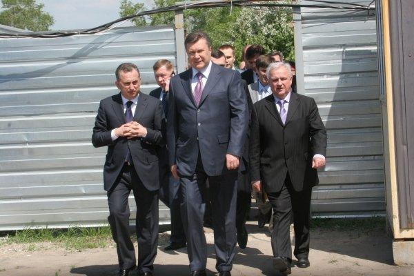Янукович в Донецке  поздравил Ахметова и осмотрел аэропорт (фото), фото-3