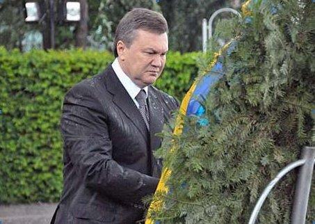 Венок, упавший на Януковича, выставлен на аукционе, фото-1