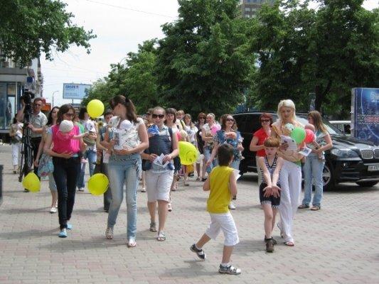 В центре Луганска прошел парад молодых мам (фото), фото-2
