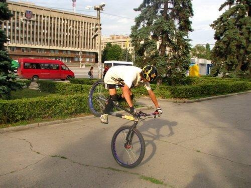 Молодежь боролась с наркотиками велосипедами, огромными башмаками и подниманием гирь (ФОТО), фото-2