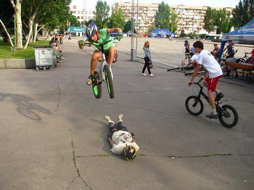Молодежь боролась с наркотиками велосипедами, огромными башмаками и подниманием гирь (ФОТО), фото-3