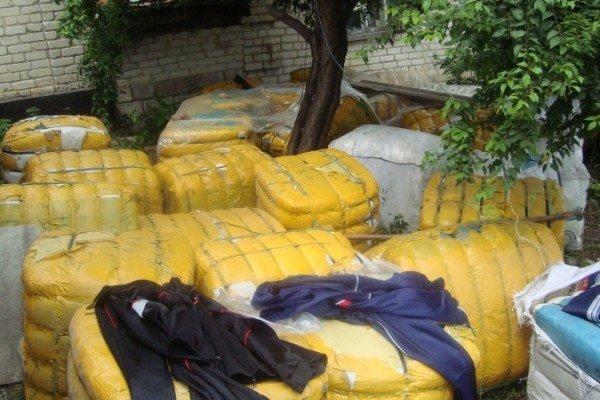 Луганские пограничники «накрыли» склад контрабандных спортивных костюмов (фото), фото-1