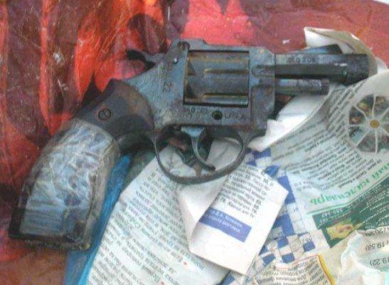 На луганской границе задержали мужчину с самодельным револьвером (фото), фото-1