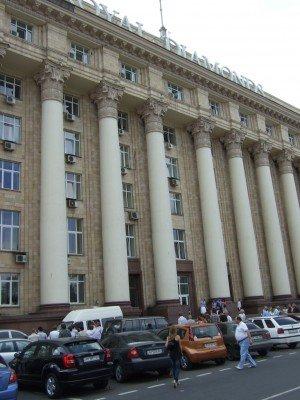 Обрушившийся карниз в центре Донецка чудом не убил женщину с ребенком (фото), фото-3