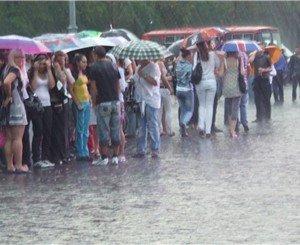 Несколько часов харьковские студенты «посвящались» под дождем (ВИДЕО), фото-1