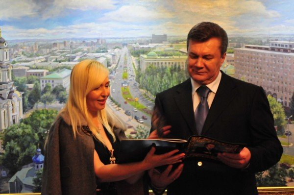 Янукович во Франции наградил донецкую художницу (фото), фото-1