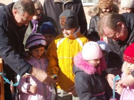 Замгубернатора высадил в Горловке деревья и открыл детскую площадку, фото-2