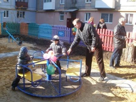 Замгубернатора высадил в Горловке деревья и открыл детскую площадку, фото-3