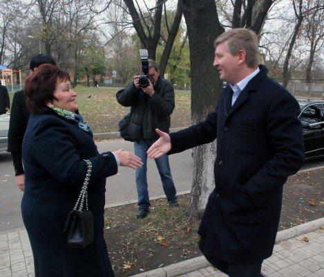 Ринат Ахметов голосовал в Донецке вместе с мамой (фото), фото-1
