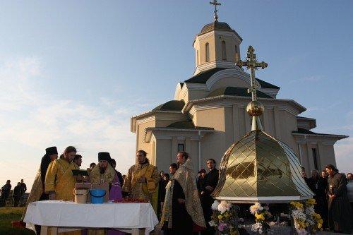 Владыка Иосиф освятил купол и крест строящегося храма в Бородинском микрорайоне (ФОТО), фото-1