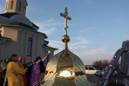 Владыка Иосиф освятил купол и крест строящегося храма в Бородинском микрорайоне (ФОТО), фото-2