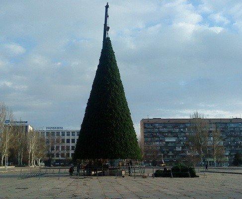 На площади Фестивальной сооружают городскую елку (ФОТО), фото-1