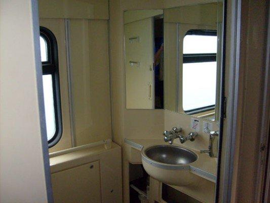 На ДЖД появились вагоны для перевозки пассажиров с ограниченными физическими возможностями (фото), фото-2