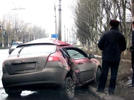 В Горловке Chevrolet Lacetti врезался в столб, фото-1
