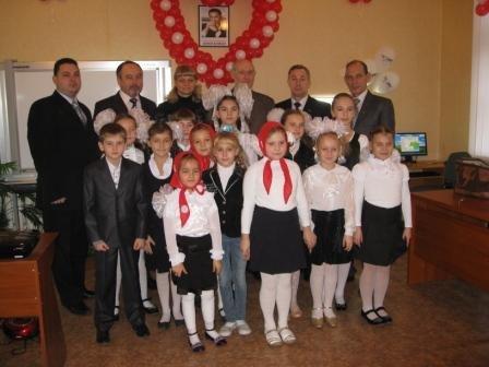 Министр топлива и энергетики Юрий Бойко подарил родной школе в Горловке компьютерный класс, фото-3