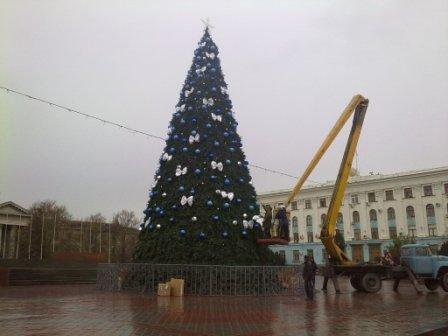 В Симферополе наряжают главную  елку Крыма (ФОТОФАКТ), фото-3