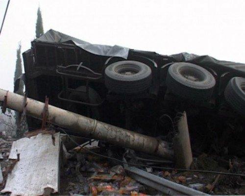 На ятинской трассе перевернулся грузовик, погиб водитель (ФОТО), фото-2