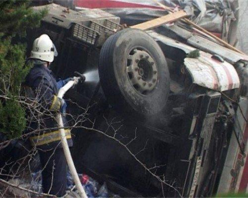 На ятинской трассе перевернулся грузовик, погиб водитель (ФОТО), фото-1