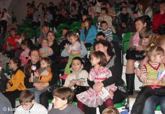 Более тысячи симферопольских детей из малообеспеченных семей пришли на «Елку мэра» (ФОТО), фото-1