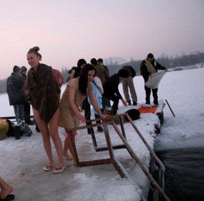 Сотни дончан отметили праздник Крещения Господнего купанием в проруби (фото), фото-1